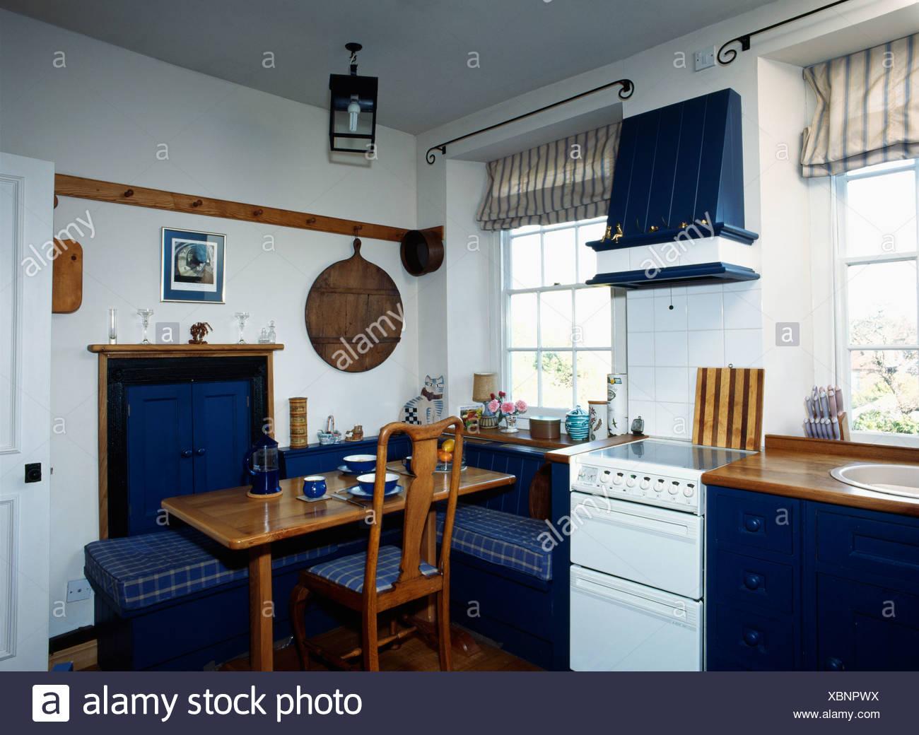Tavolo In Legno Con Blu Panchetto Controllo Sedi Nella Piccola