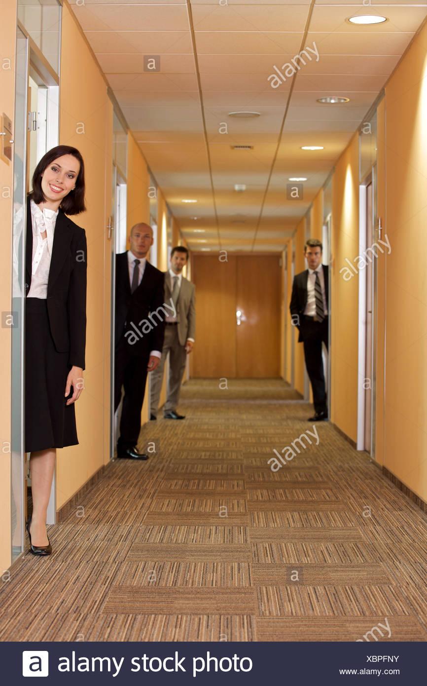 La gente di affari in piedi in corridoio Immagini Stock