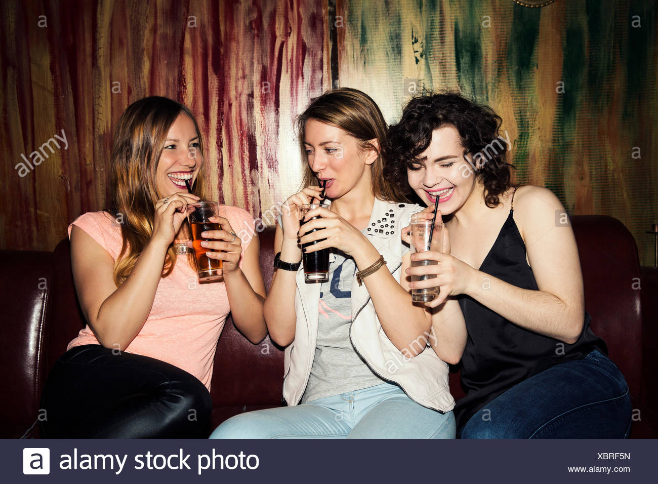 Tre femmina adulta gli amici a bere in bar Immagini Stock