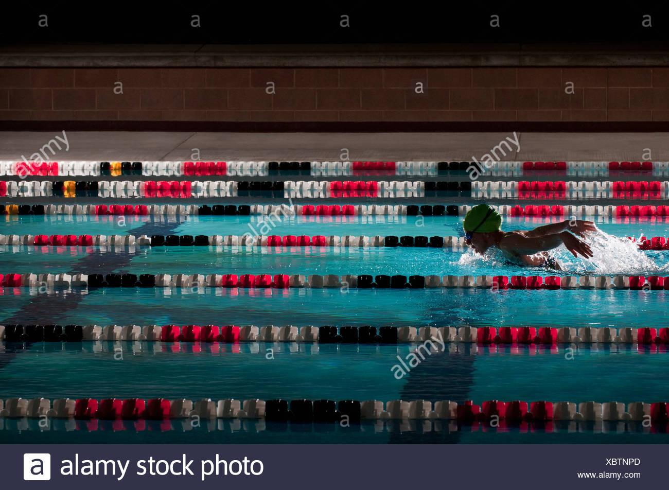 Donna giri di nuoto in piscina Immagini Stock