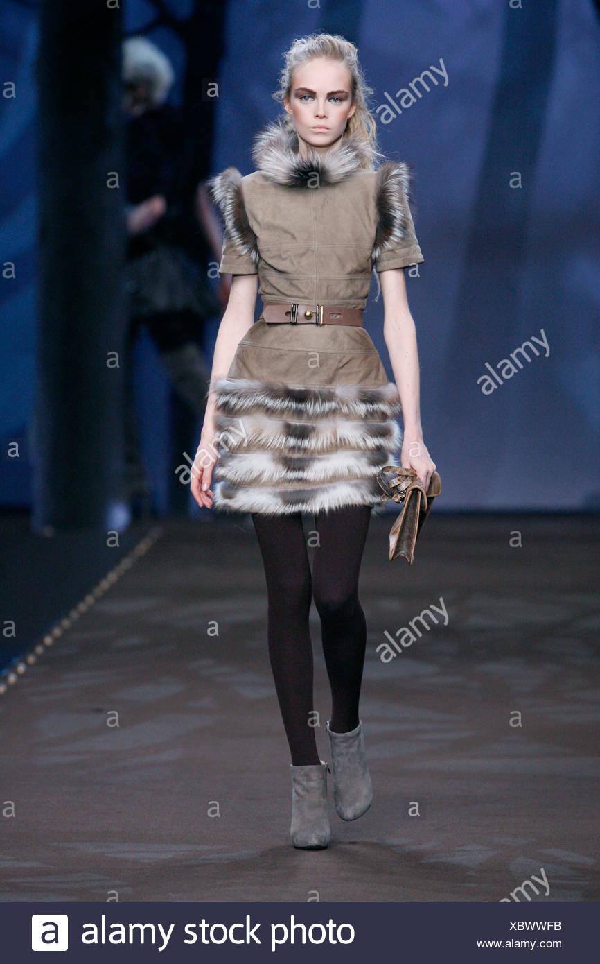 Fendi Milano pronto a indossare in autunno e inverno Marrone Pelle e  pelliccia di volpe abito rifilati bb003525bc6