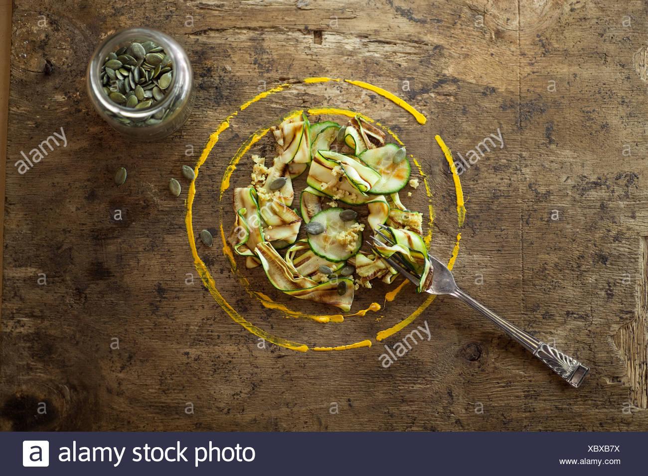 Nastro di zucchine insalata con semi di zucca. Immagini Stock