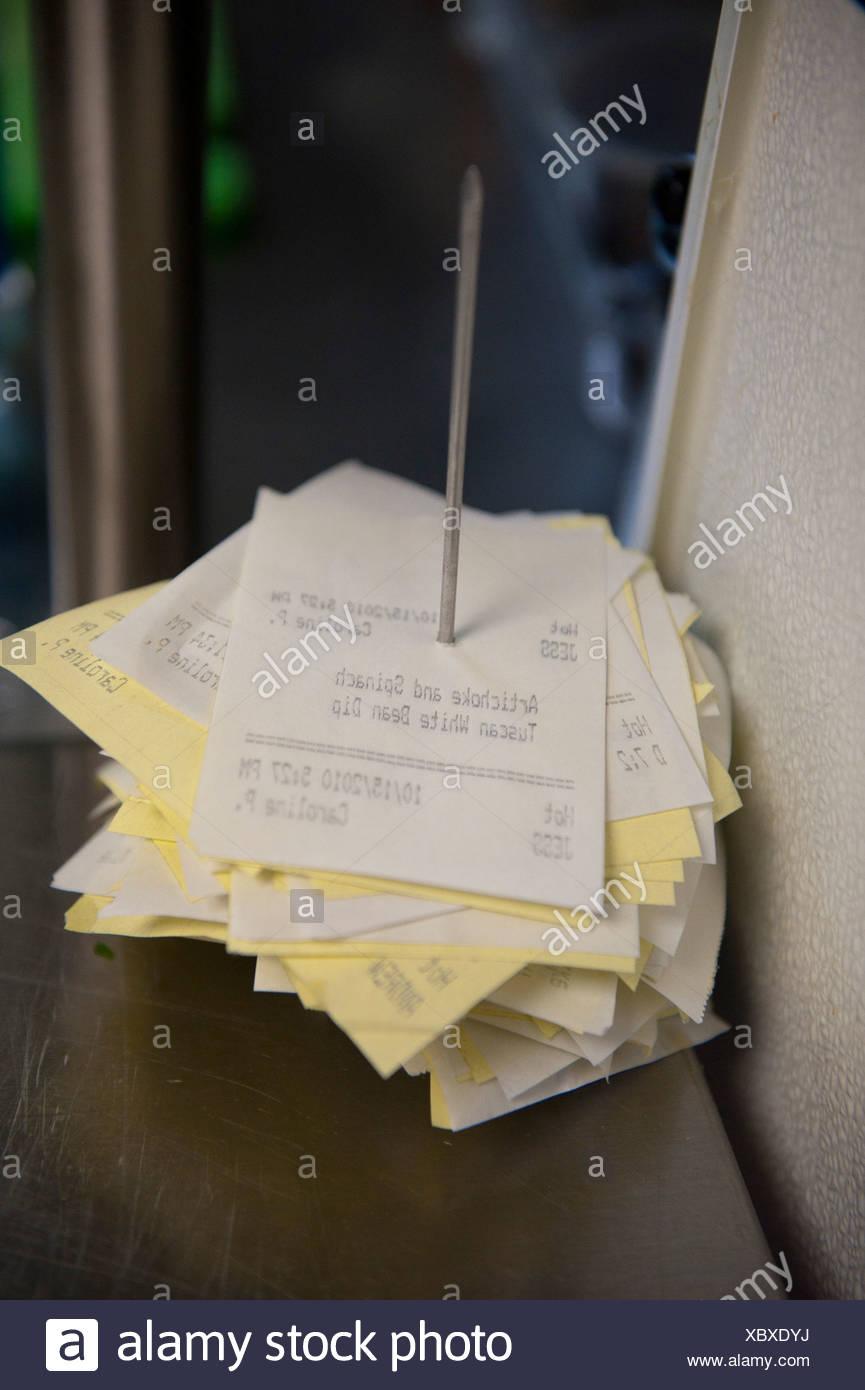 Una pila di ordini di stampati in un wine bar. Immagini Stock