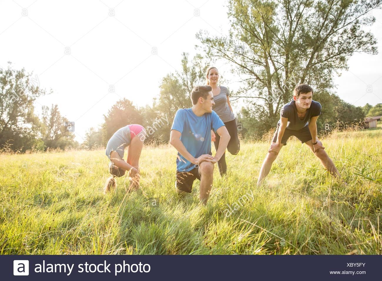 Gruppo di amici che esercitano nel campo Immagini Stock
