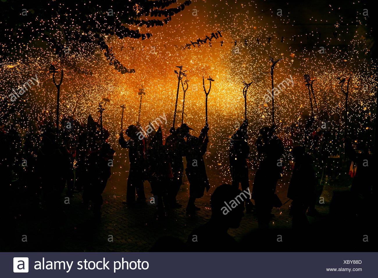 Gruppo di persone a Correfoc firerun, Catalogna, Spagna Immagini Stock