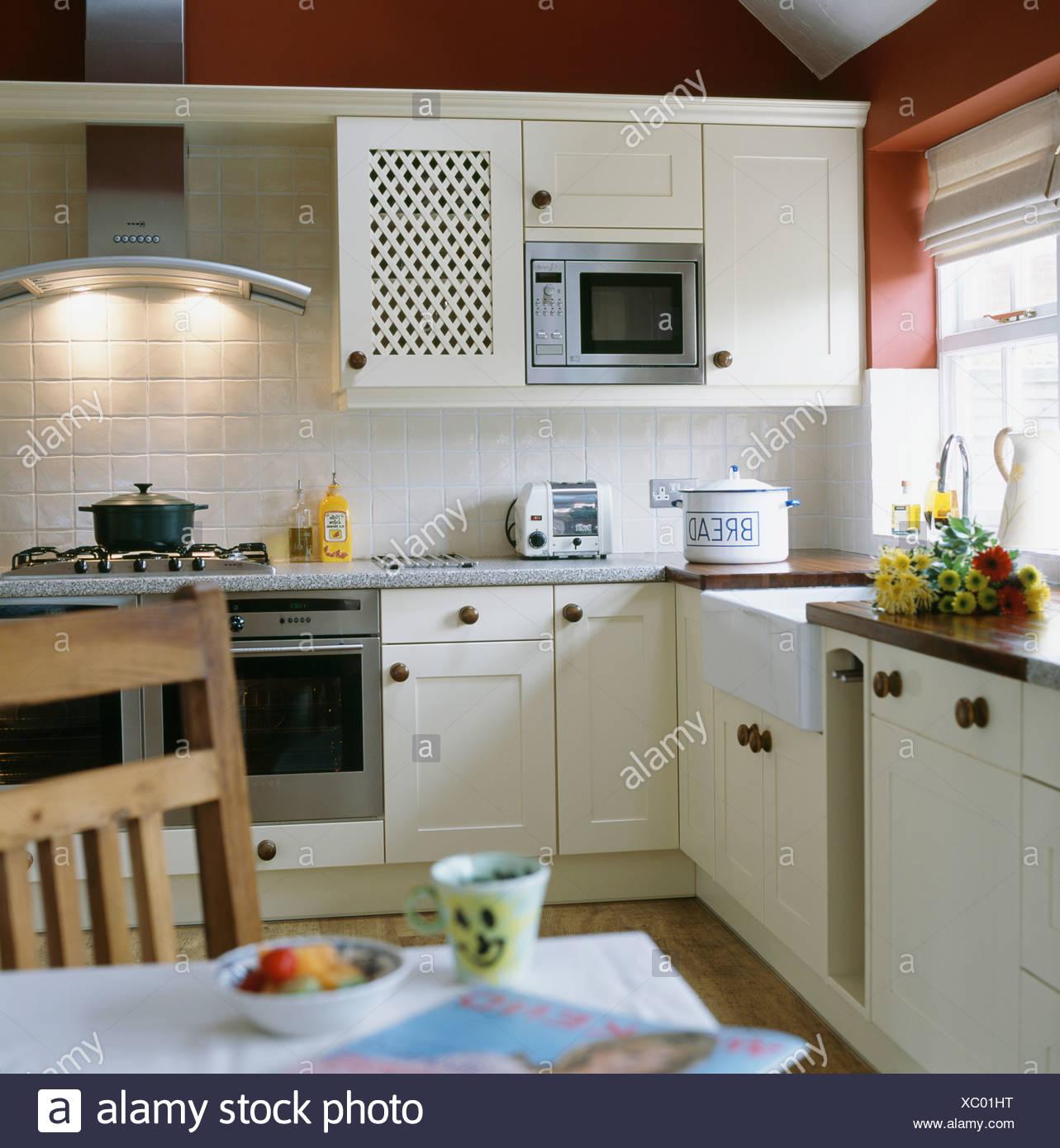 Armadio A Muro Per Cucina.Forno A Microonde Montati In Armadio A Muro In Bianco Cottage Cucina