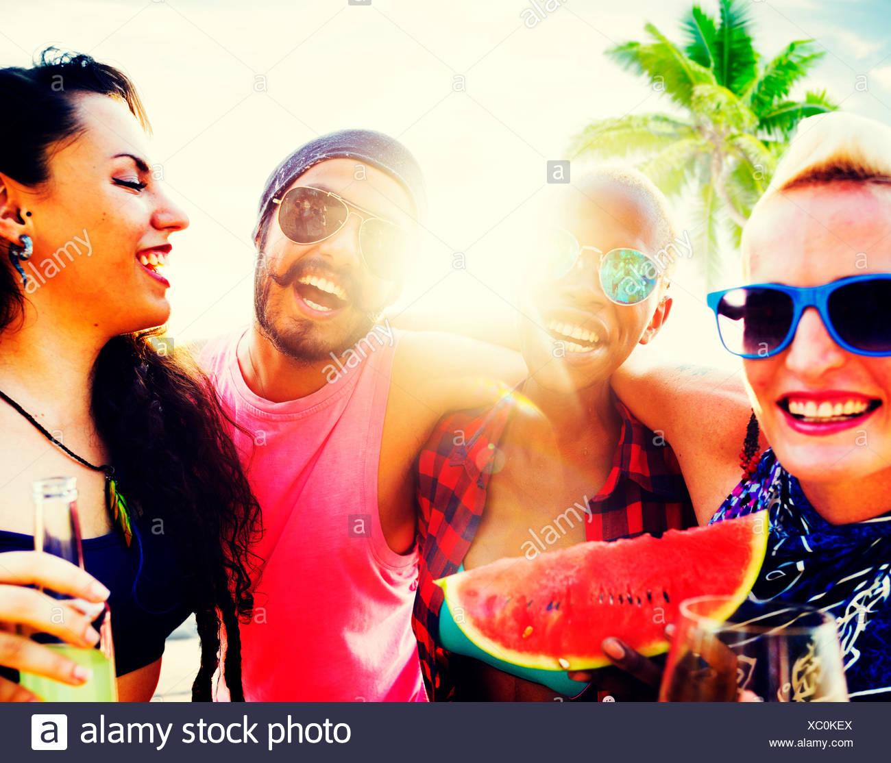 Gli amici una vacanza di spiaggia rilassante Concetto di refrigerazione Immagini Stock