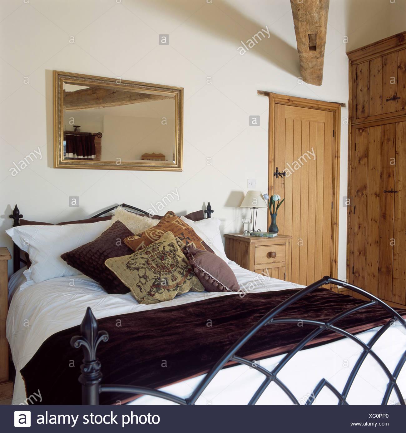 Camera da letto del paese con specchio sulla parete sopra in stile ...