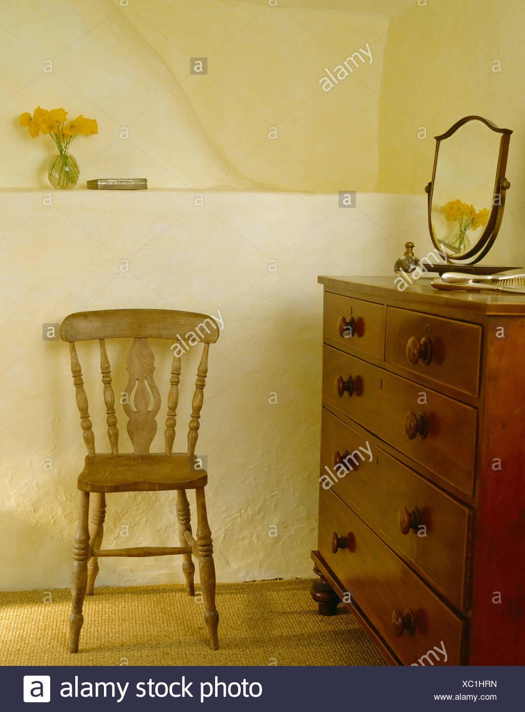 Piccola sedia in legno e antiche mogano cassettiera in