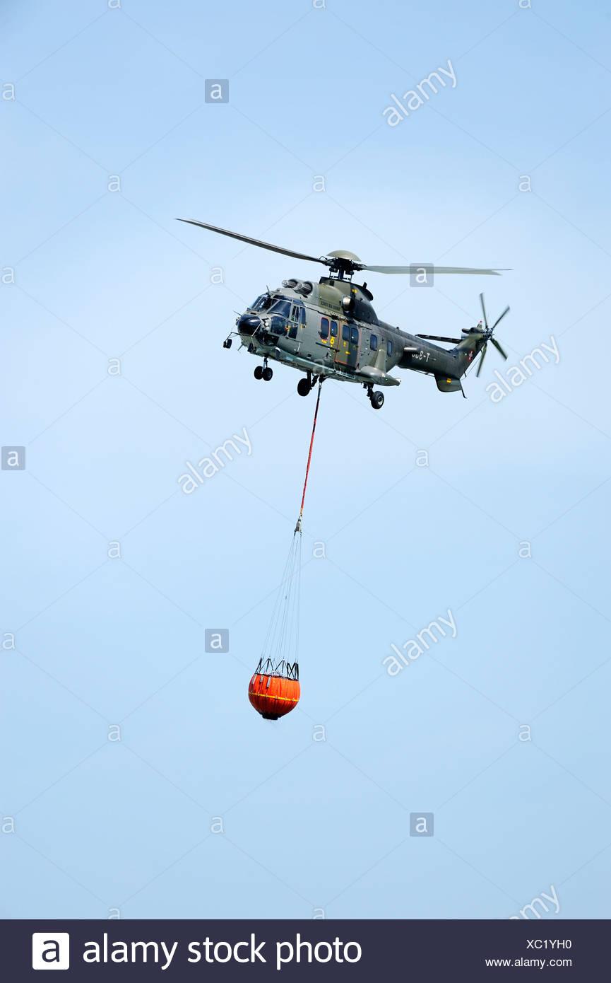 Un Elicottero : Super puma elicottero con a bordo di un elicottero la benna