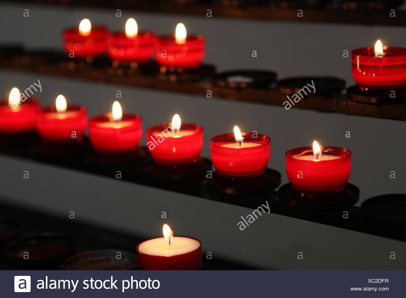 La Credenza Religiosa : Chiesa i religiosi e le religiose lutto dolore candele sacrali