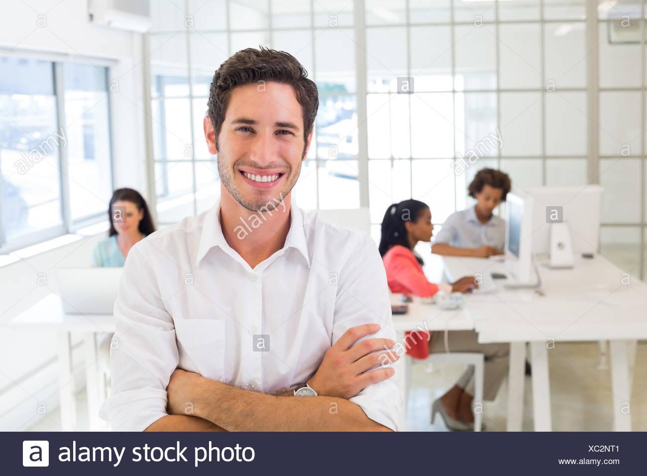 Allegro uomo d affari al lavoro Immagini Stock