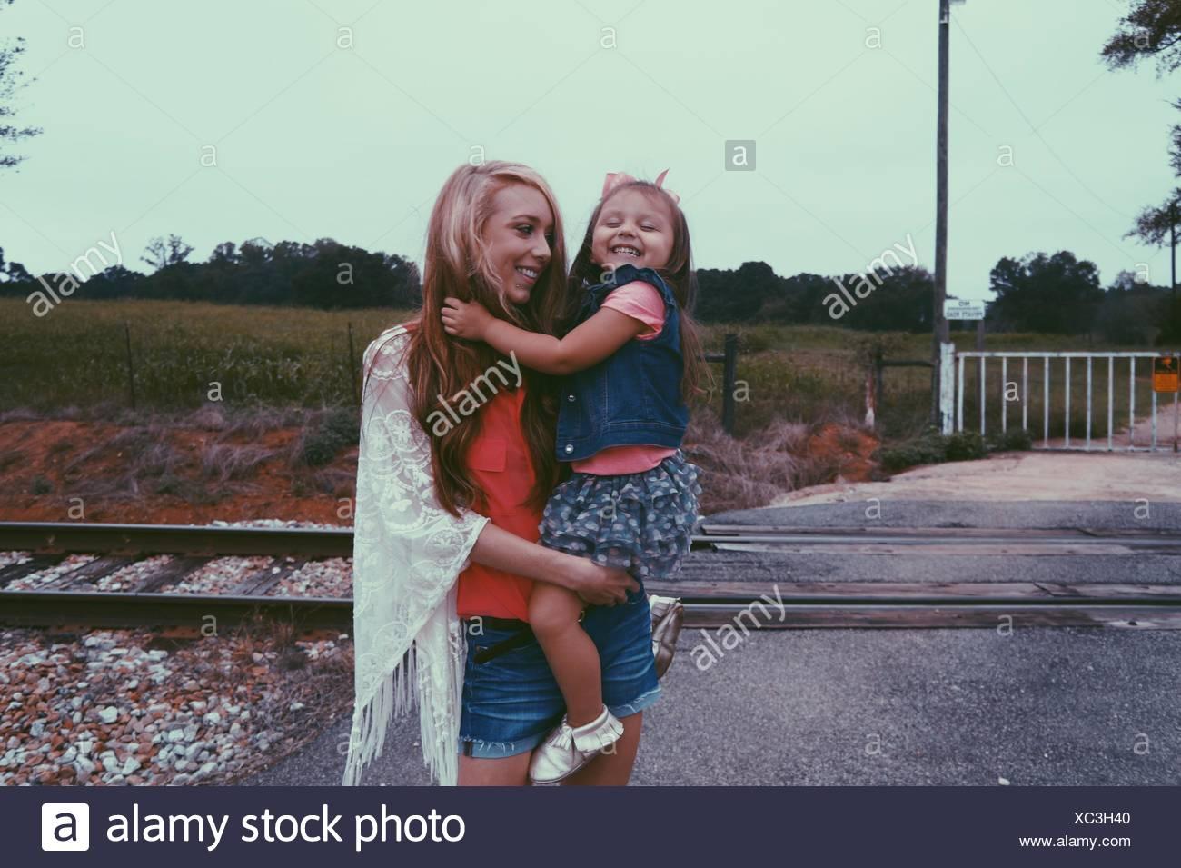Trasporto madre contro figlia attraversamento ferroviario Immagini Stock