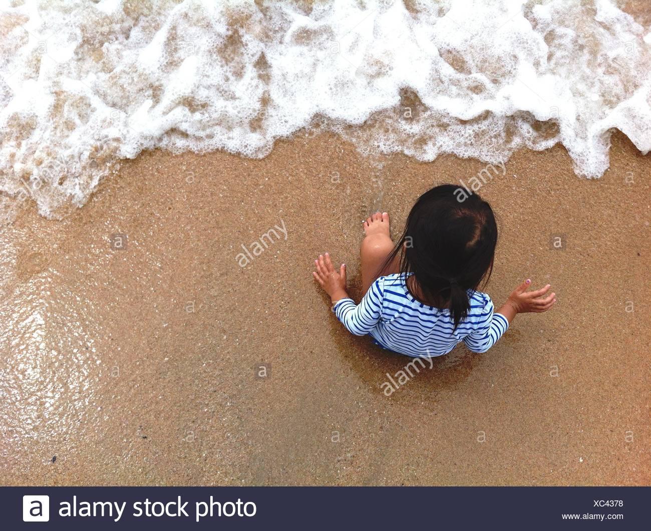 Angolo di Alta Vista del bambino sulla spiaggia Foto Stock