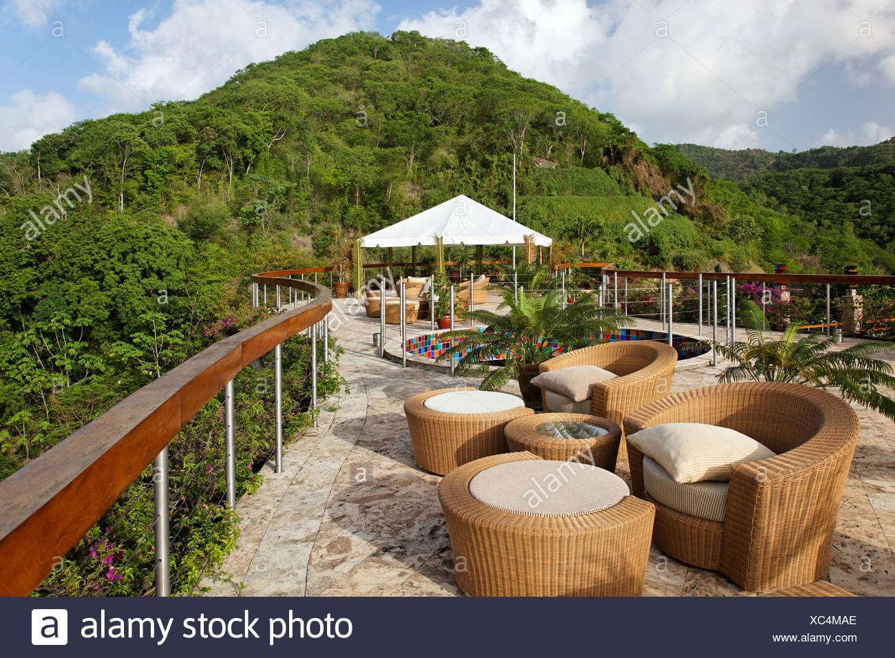 La terrazza sul tetto, Dedon, mobili, pietra naturale pavimento, emisfero, pioggia forrest, unica, Jade Mountain hotel di lusso, Saint Lucia Immagini Stock