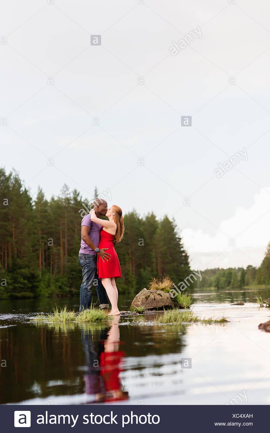 La Svezia, Vastmanland, Bergslagen, Svartalven, metà adulto giovane kissing Immagini Stock