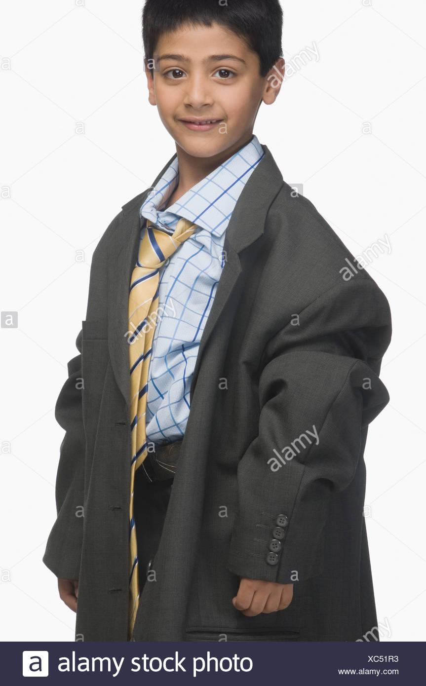 471881d4e1eb Ritratto di un ragazzo che indossa sovradimensionato abbigliamento business