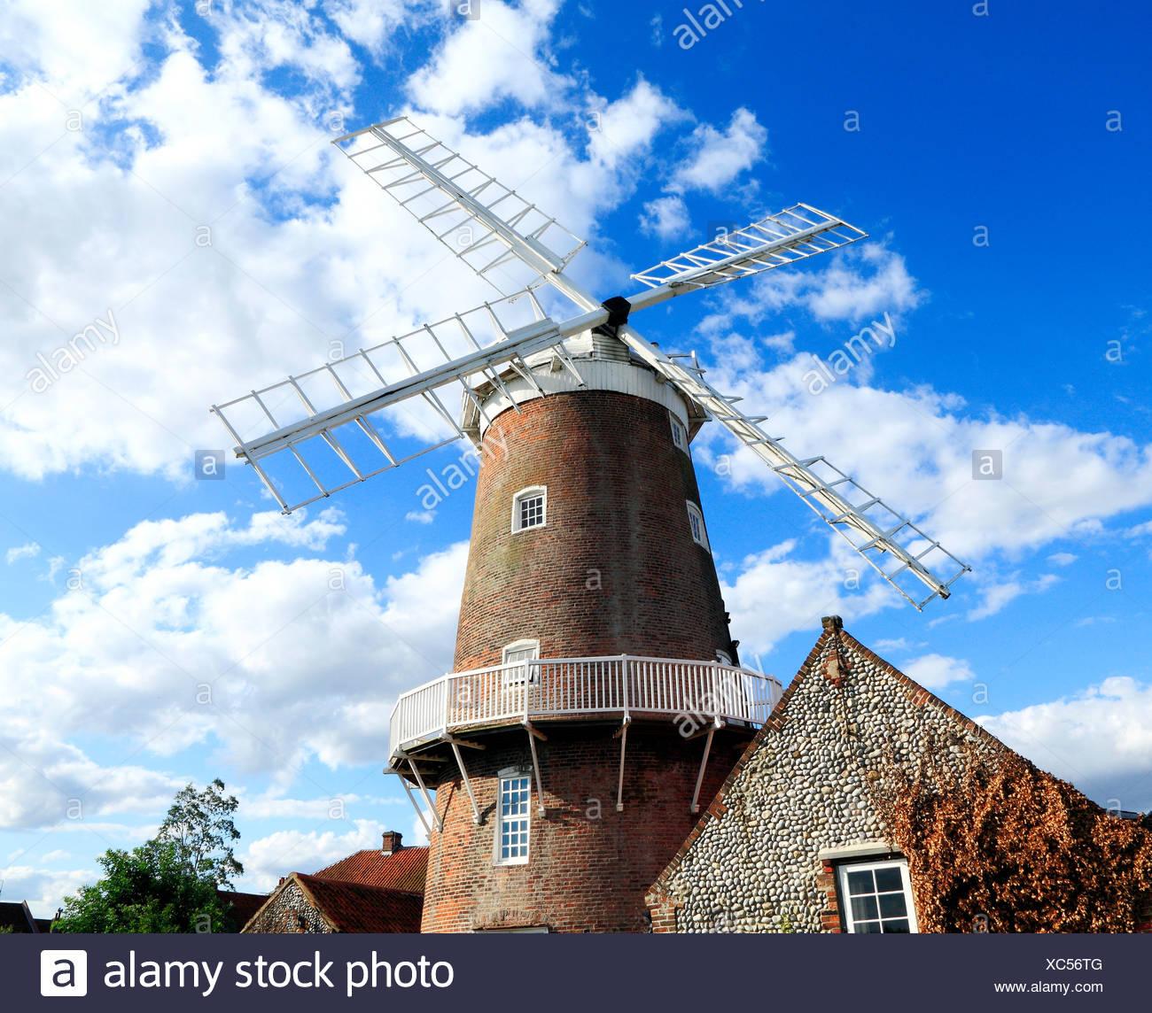 Cley accanto al mare, torre in mattoni e il mulino a vento di cappuccio, Norfolk, Inghilterra Inglese Regno Unito mulini a vento mill mills inizio del XIX secolo Immagini Stock