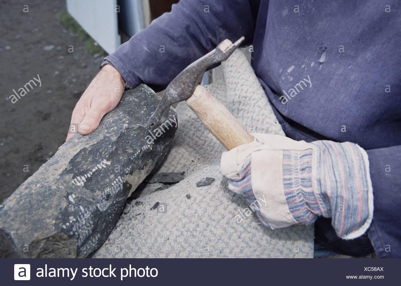 Ian Casley uno degli ultimi artigiani lavorano con Serpenine Rock presso la lucertola Cornovaglia Immagini Stock