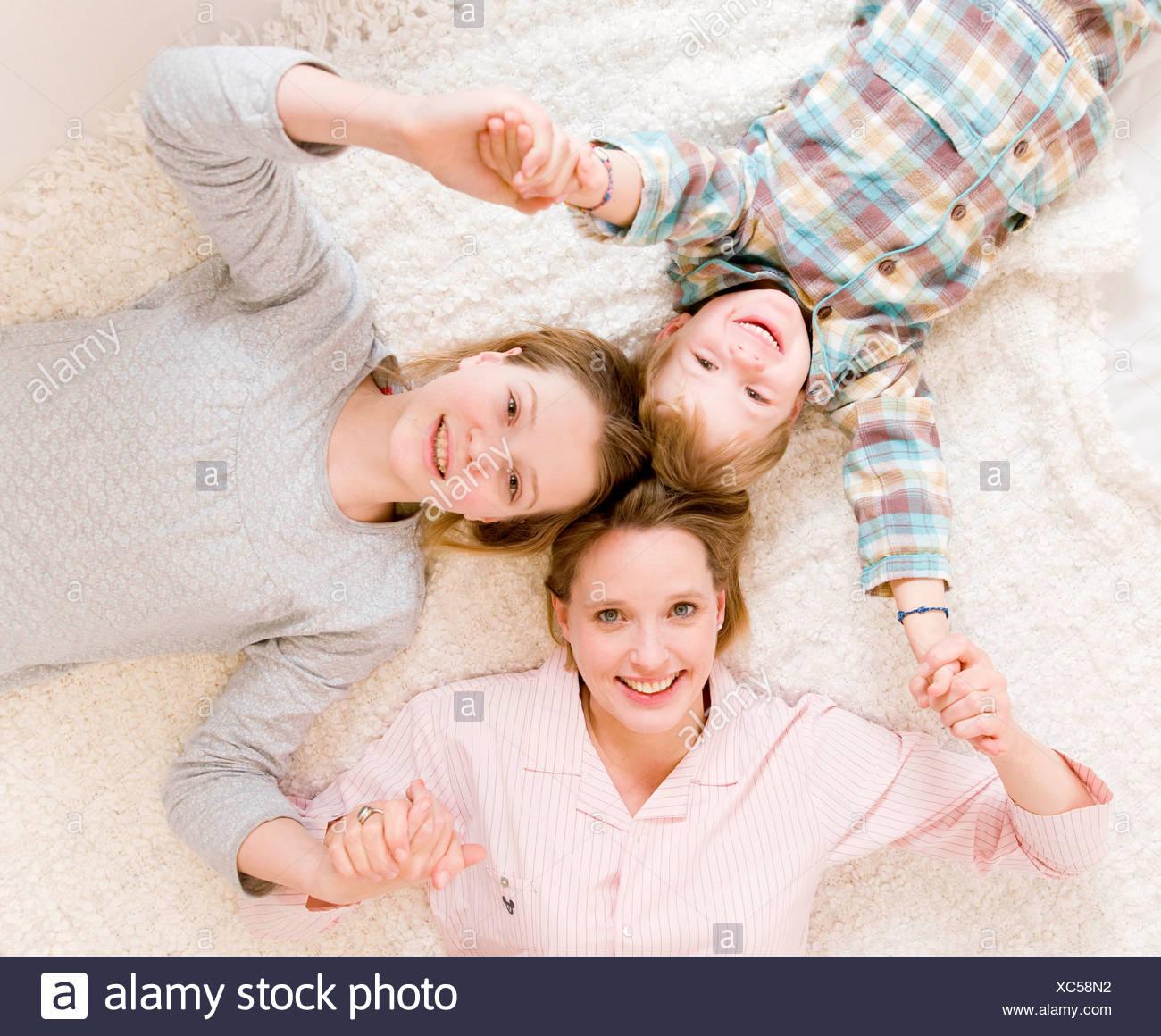 Donna incinta, ragazzo e una ragazza sul letto Foto Stock