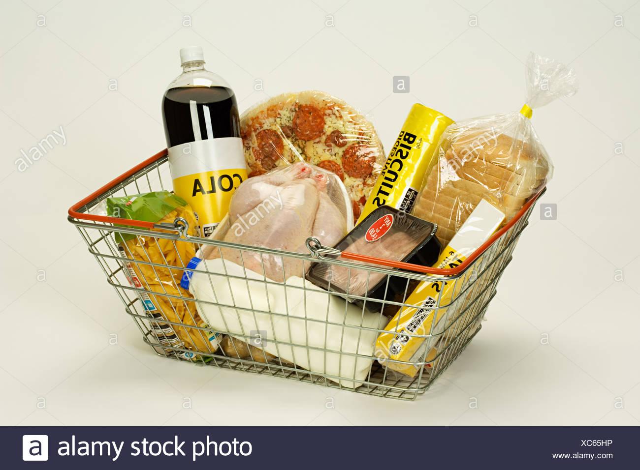 Il cibo in un carrello Immagini Stock