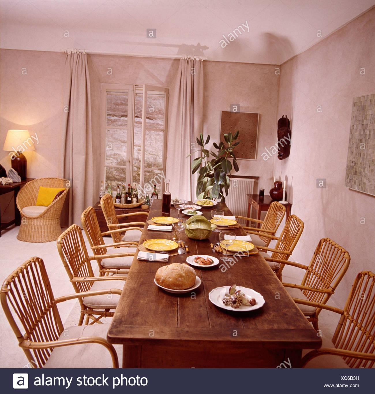 Sedie di canna a un lungo tavolo antico nel paese francese sala da ...