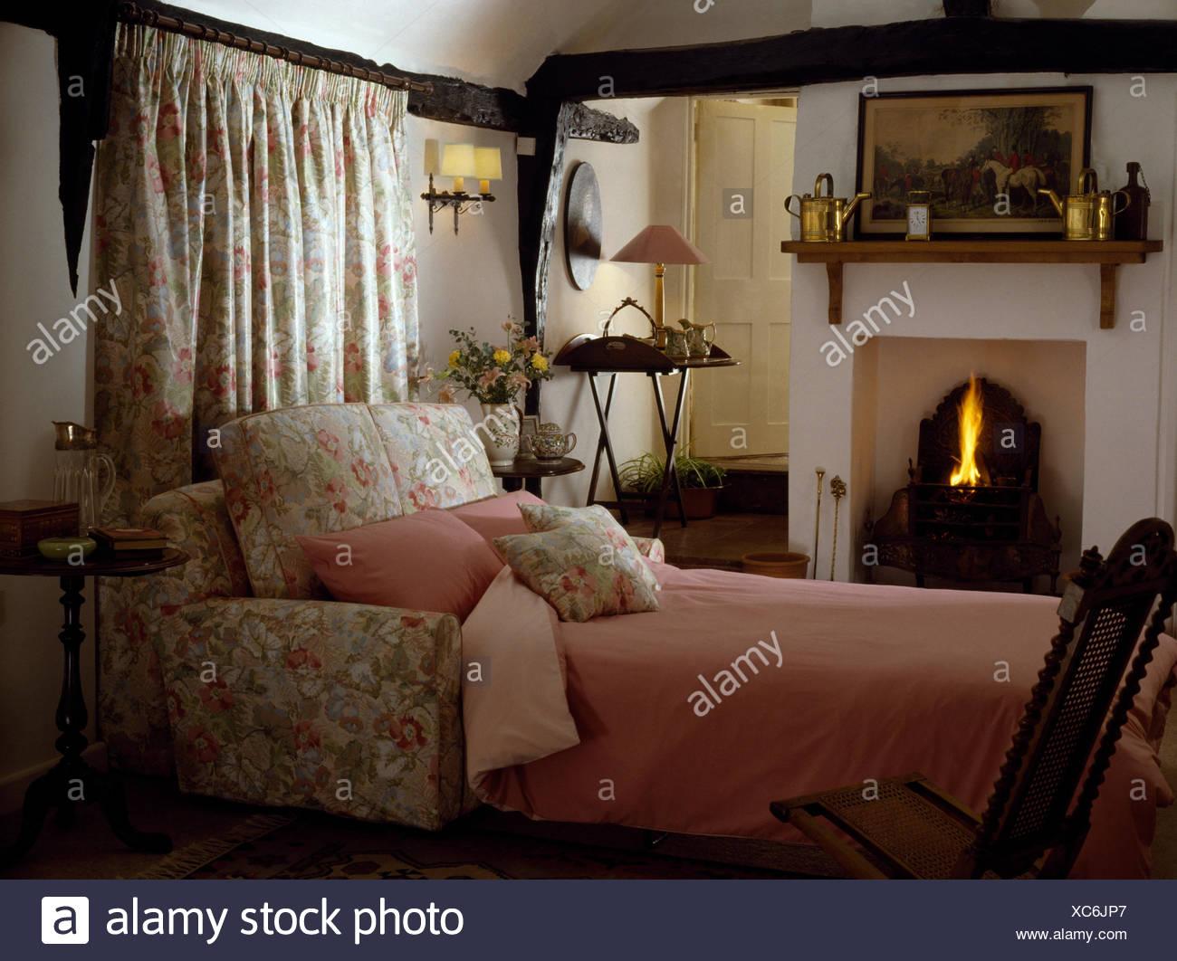 Camere Con Divano Letto : Tendaggi floreali dietro il divano letto con coperchio rosa negli