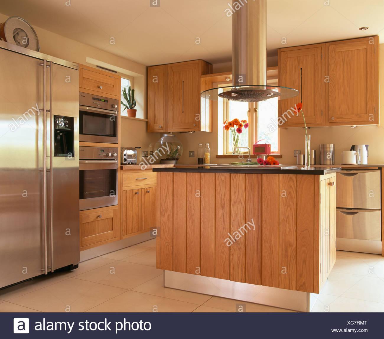 Estrattore sopra isola unità nella cucina moderna con montato il ...