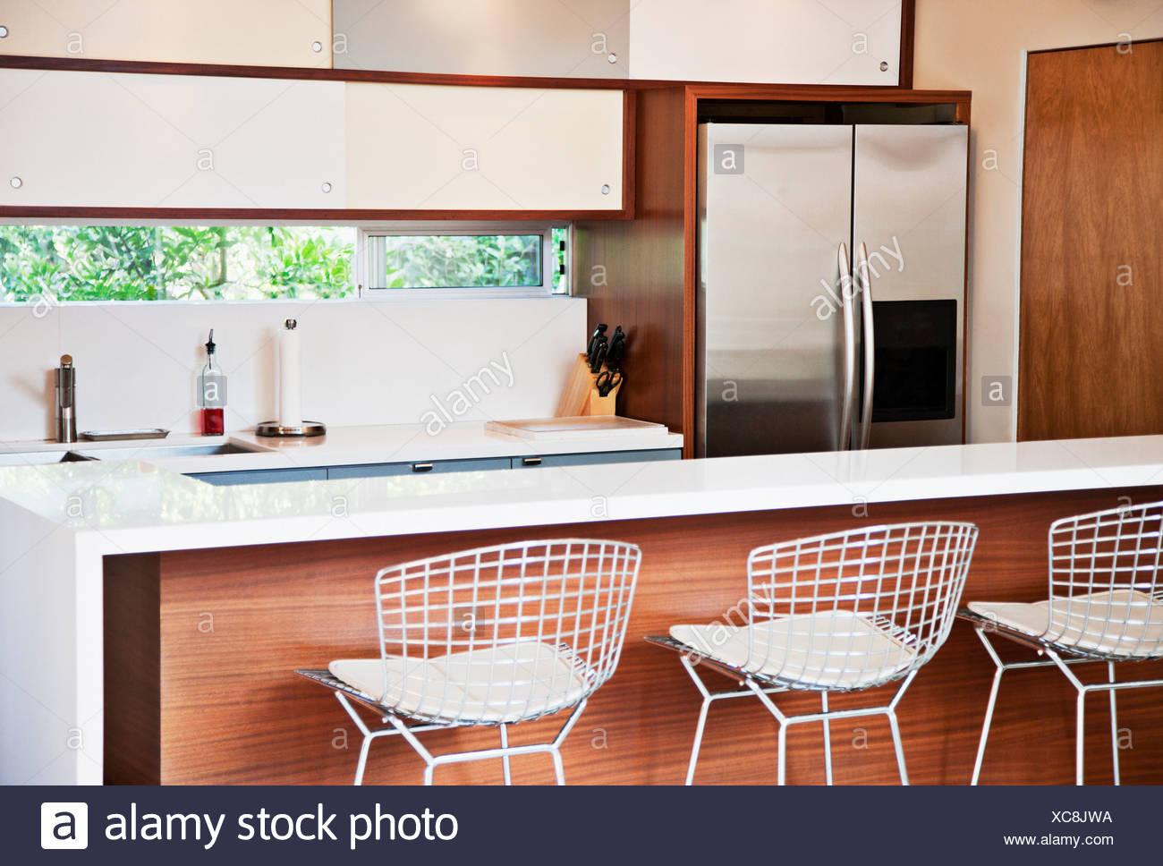 Sgabelli e bar per la colazione nella cucina moderna foto