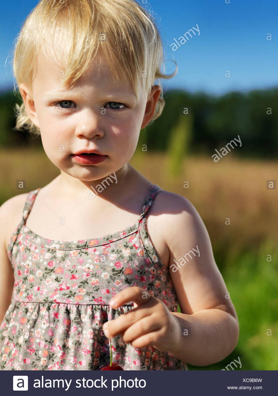 Il Toddler girl in piedi all'aperto Immagini Stock