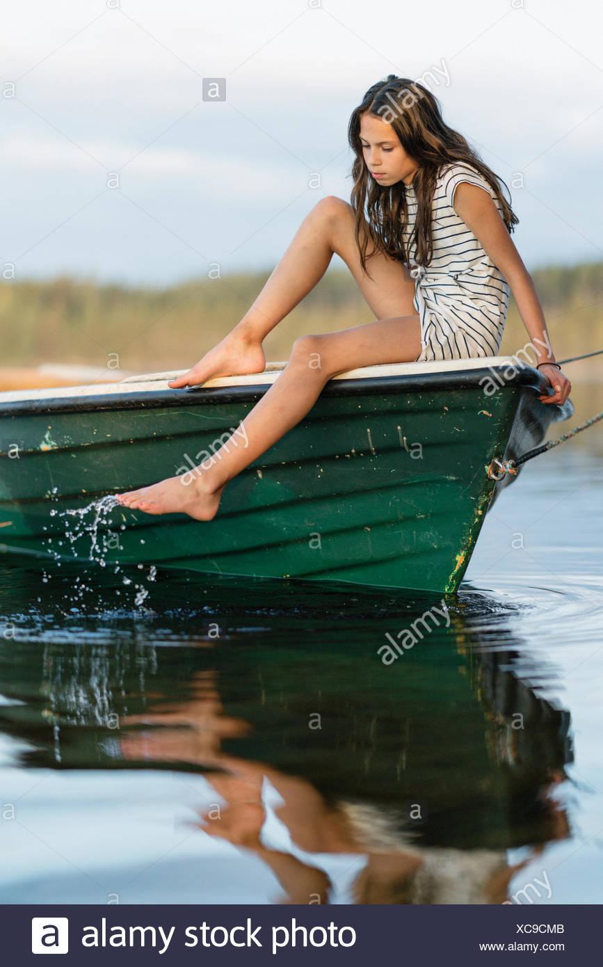 La Svezia, vastmanland, hallefors, bergslagen, ritratto di una ragazza (10-11) seduti in barca Immagini Stock