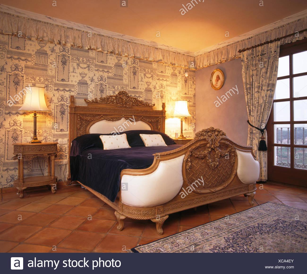 Ornati in legno intagliato bed in spagnolo camera da letto ...