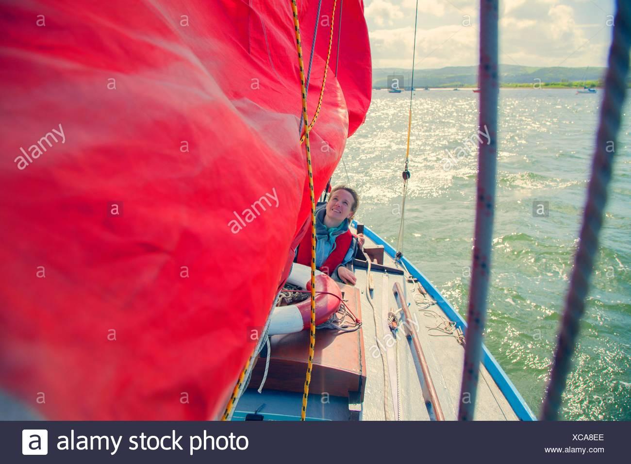 Metà donna adulta in barca a vela Immagini Stock