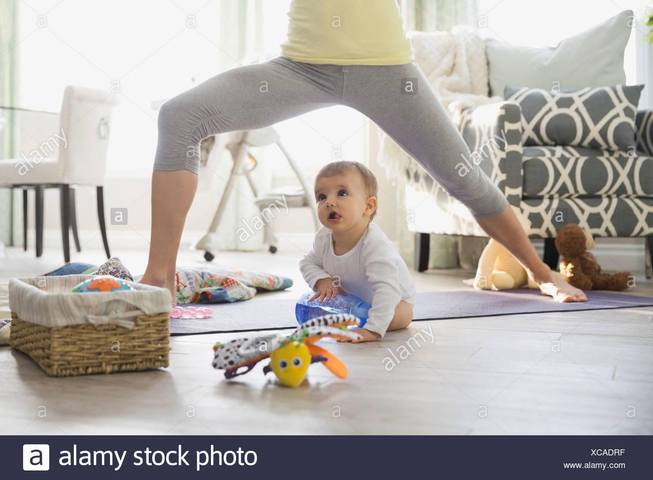 6c55cd9bfcf6 Madre la pratica dello yoga da bambino a casa Foto & Immagine Stock ...