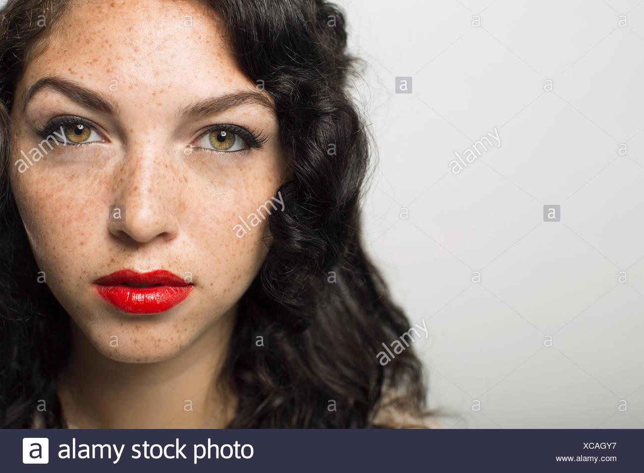 Close up ritratto di donna gravi con lentiggini Immagini Stock