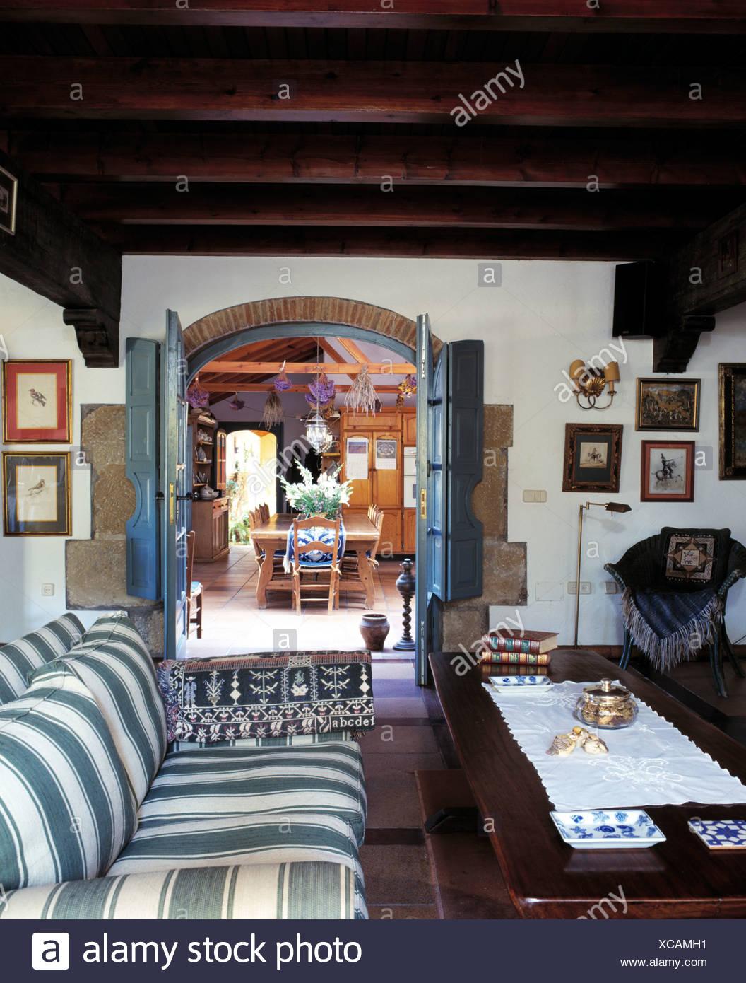 Verde + bianco divano a strisce di legno e un tavolo da caffè in ...