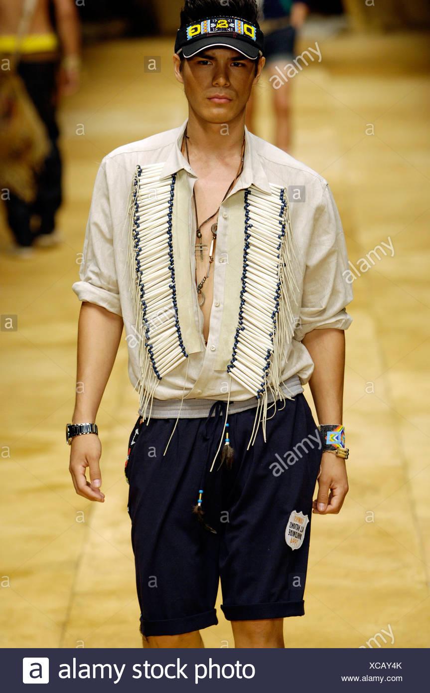 Dolce   Gabbana Milano pronto a indossare abbigliamento Uomo Primavera  Estate Brunette maschio modello camminando sulla pista indossando un cotone  beige eb21f5ea36c