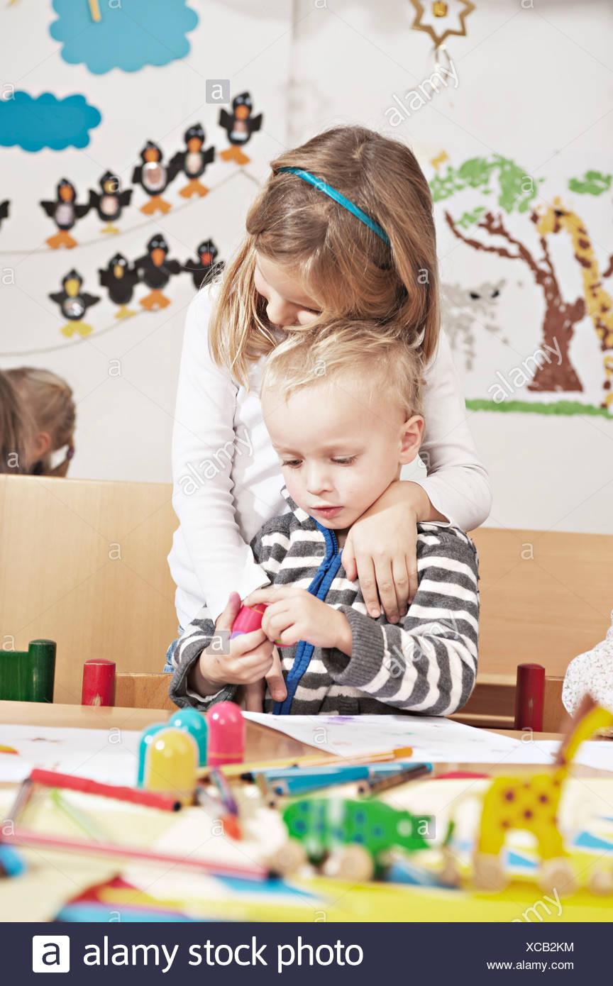 I bambini nella scuola materna, Kottgeisering, Baviera, Germania, Europa Immagini Stock