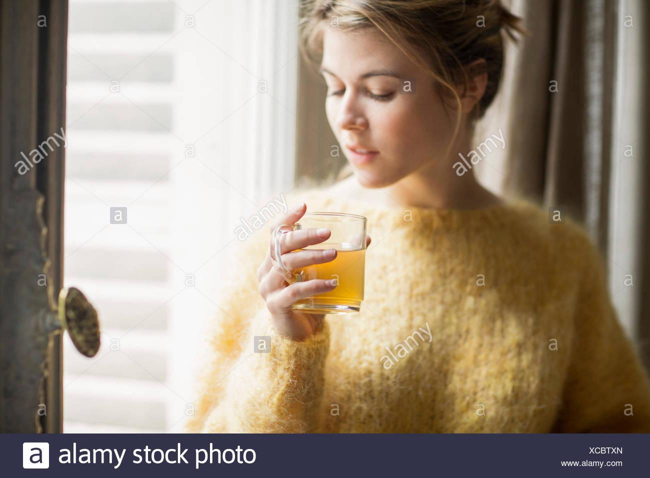 Donna di bere il tè alle erbe Immagini Stock
