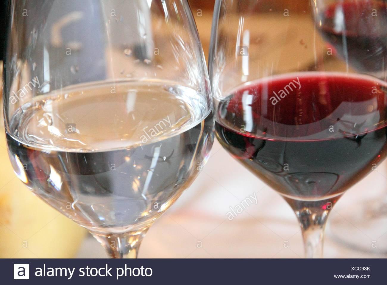 Calici Vino E Acqua bicchieri sul tavolo. vino rosso e acqua foto stock - alamy