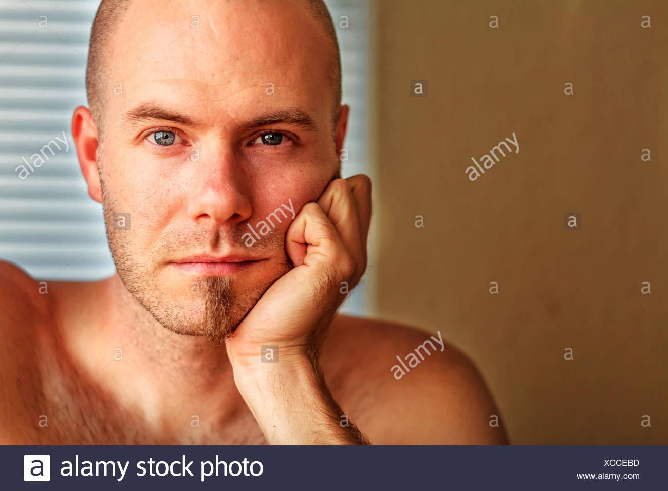 Ritratto di uomo in appoggio la sua testa in mano Immagini Stock