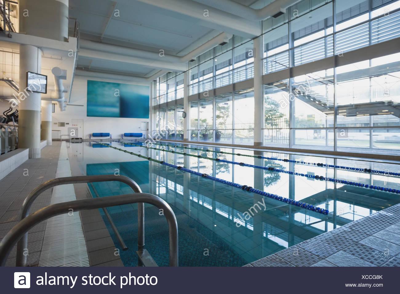 Svuotare la piscina con grandi finestre Immagini Stock