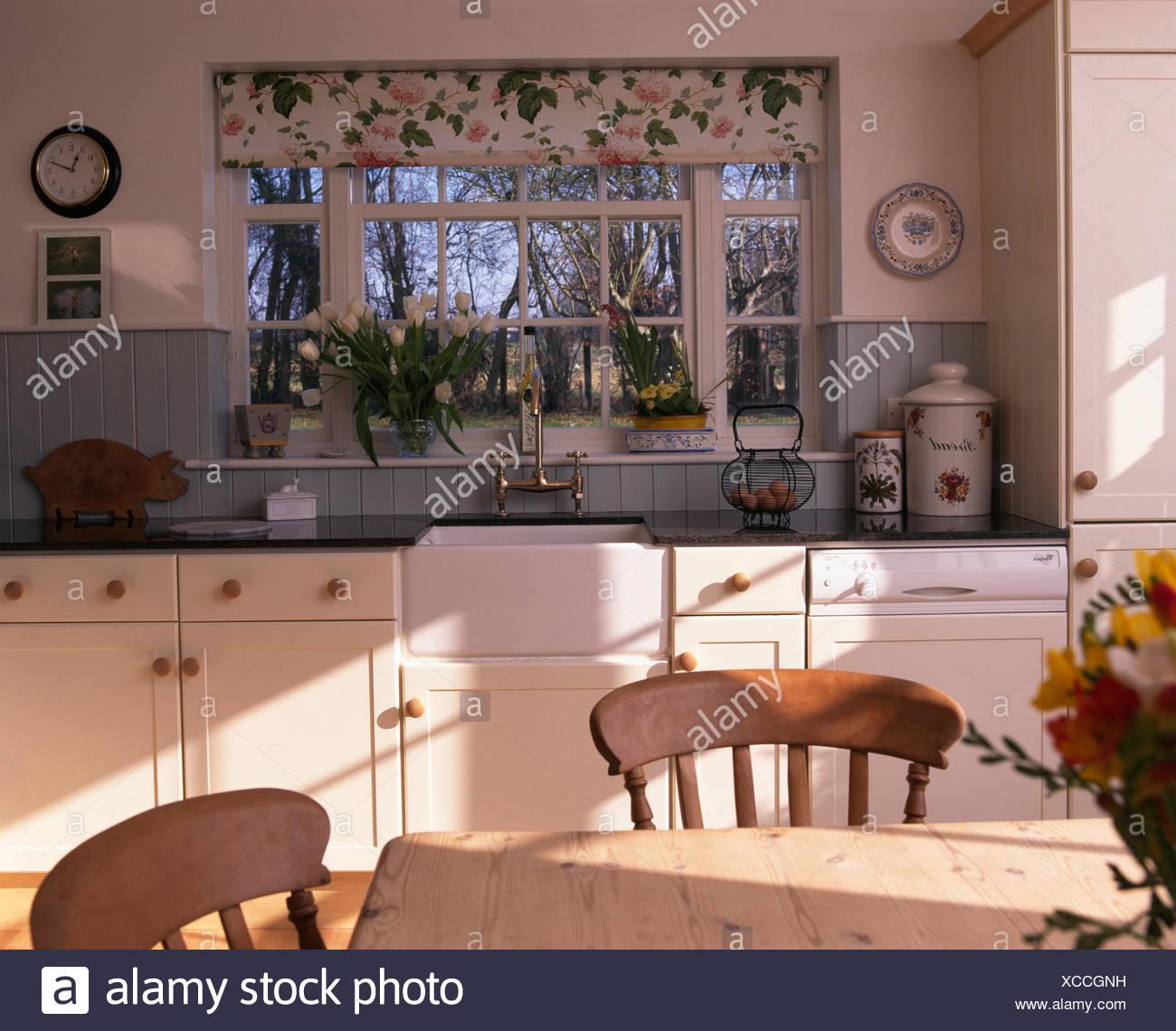 Cucine Con Finestra Sul Lavello floral cieco sulla finestra sopra belfast lavello in cucina