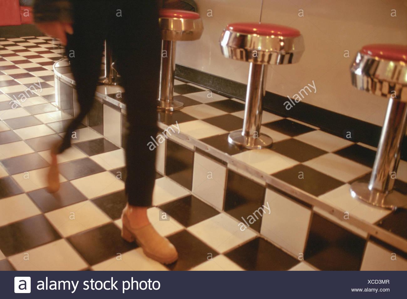 Pavimento Rosso E Bianco : La donna in pantaloni neri e scarpe rosso camminando sul pavimento