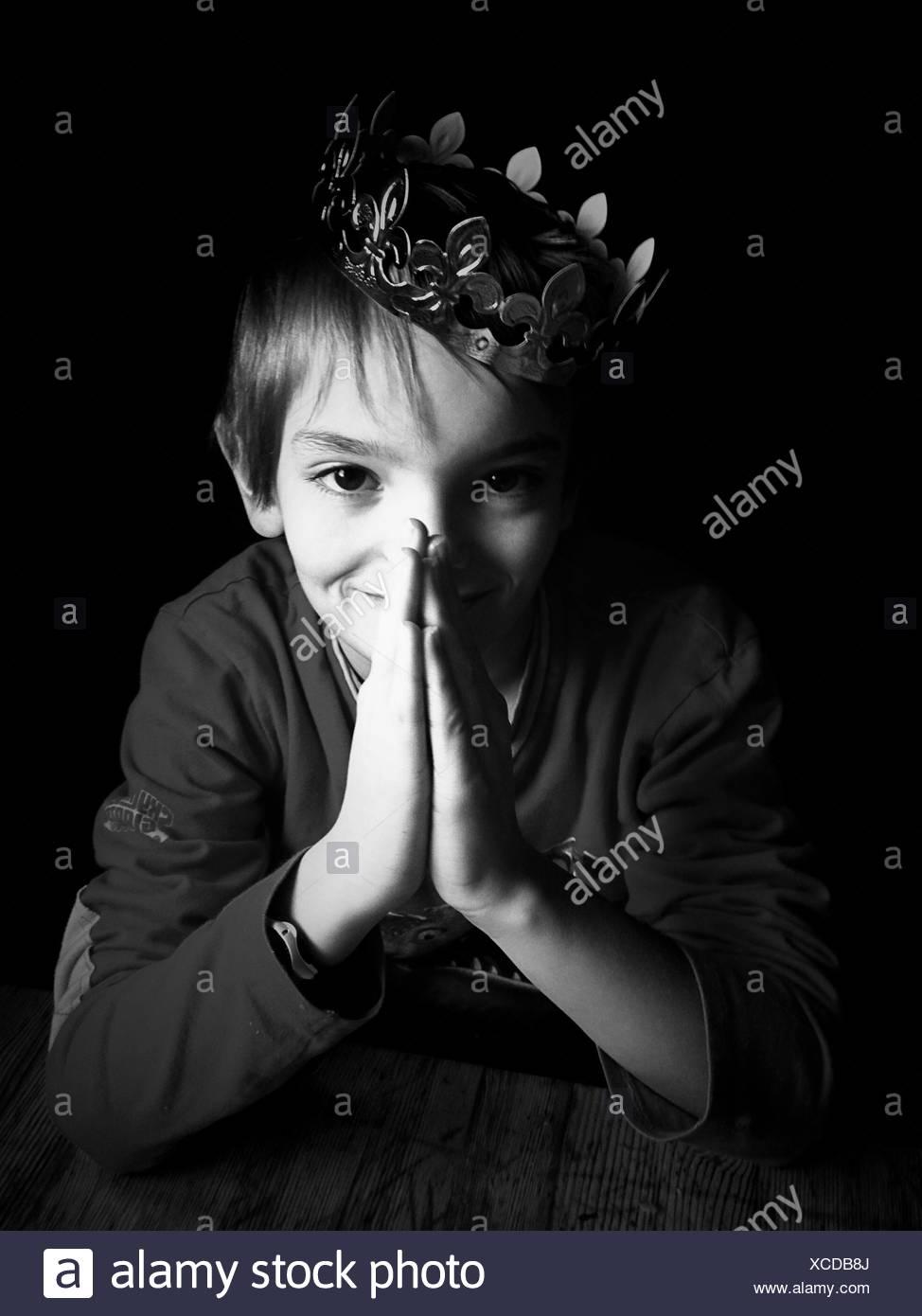 Ritratto di ragazzo che indossa la corona Immagini Stock