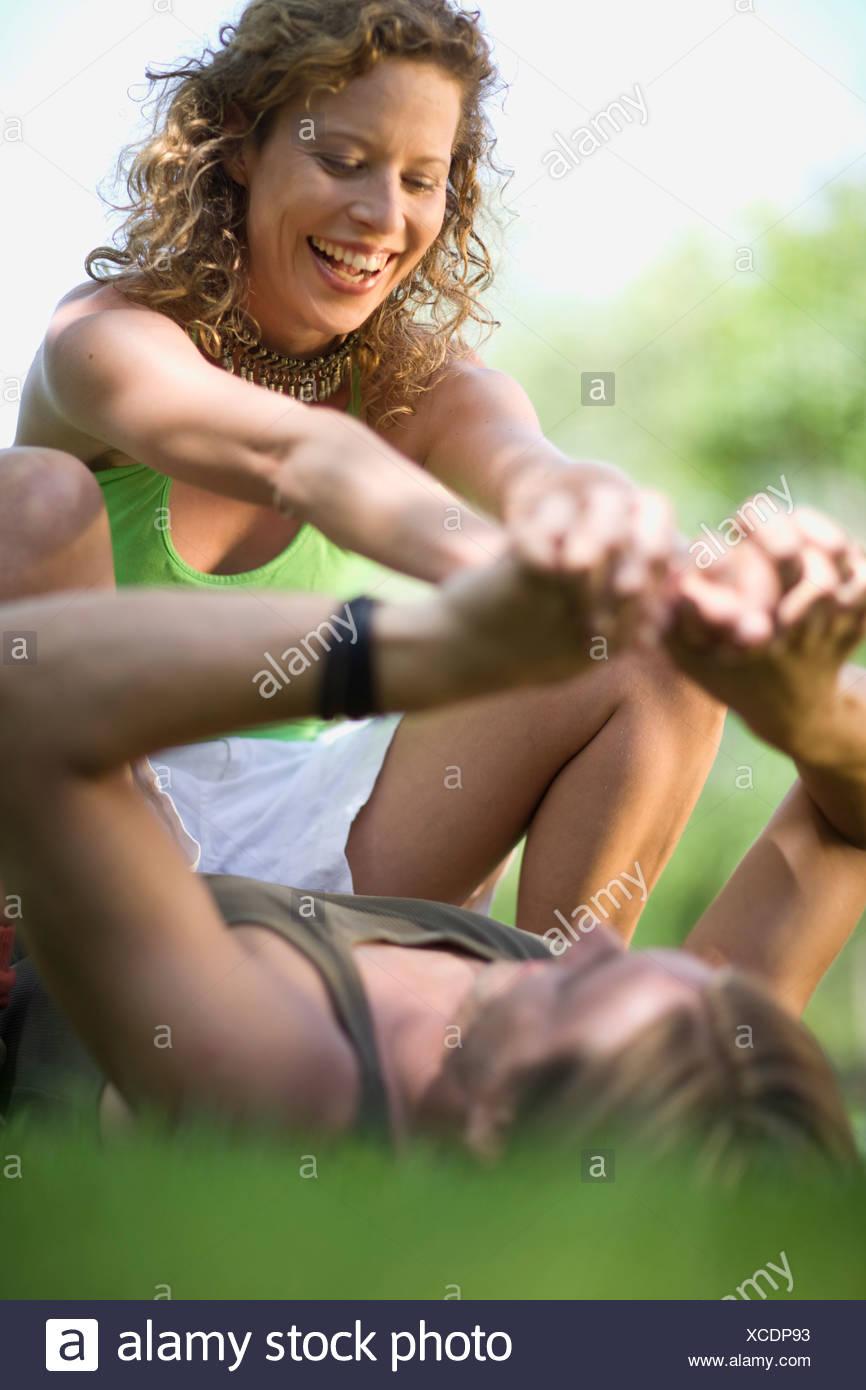 L uomo e la donna scherzando intorno Foto Stock