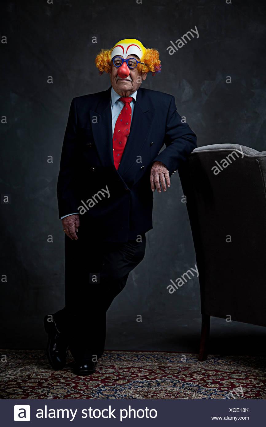 Ritratto di un imprenditore senior in una maschera di clown Immagini Stock