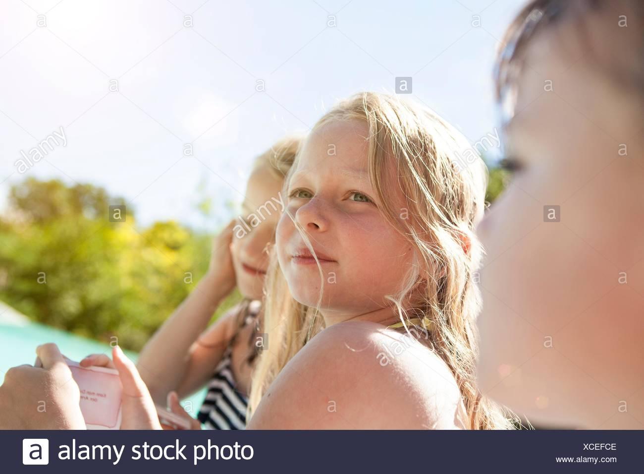 Tre bambini, all'aperto che guarda lontano Immagini Stock