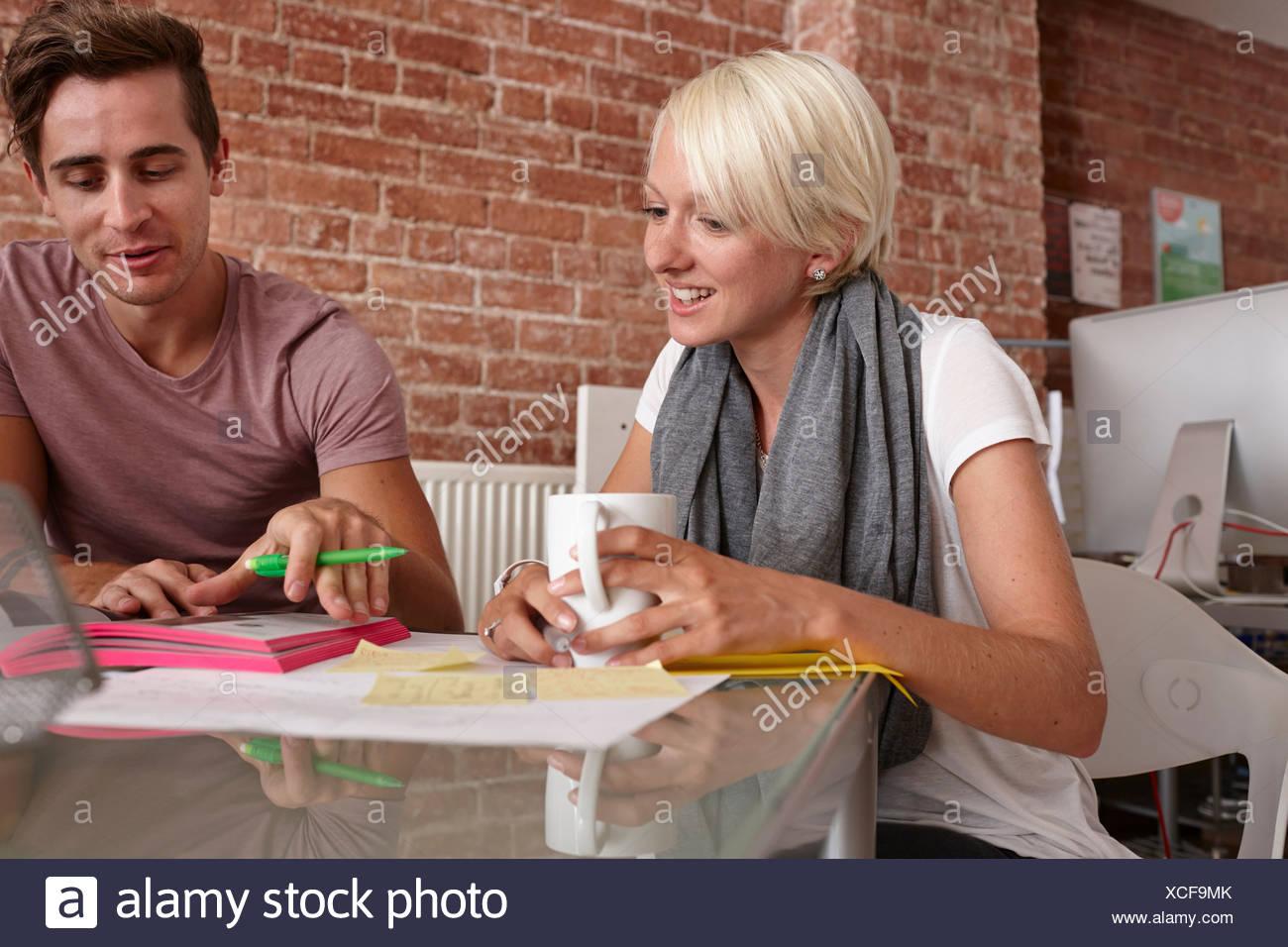 Due colleghi parlare, donna con caffè Immagini Stock
