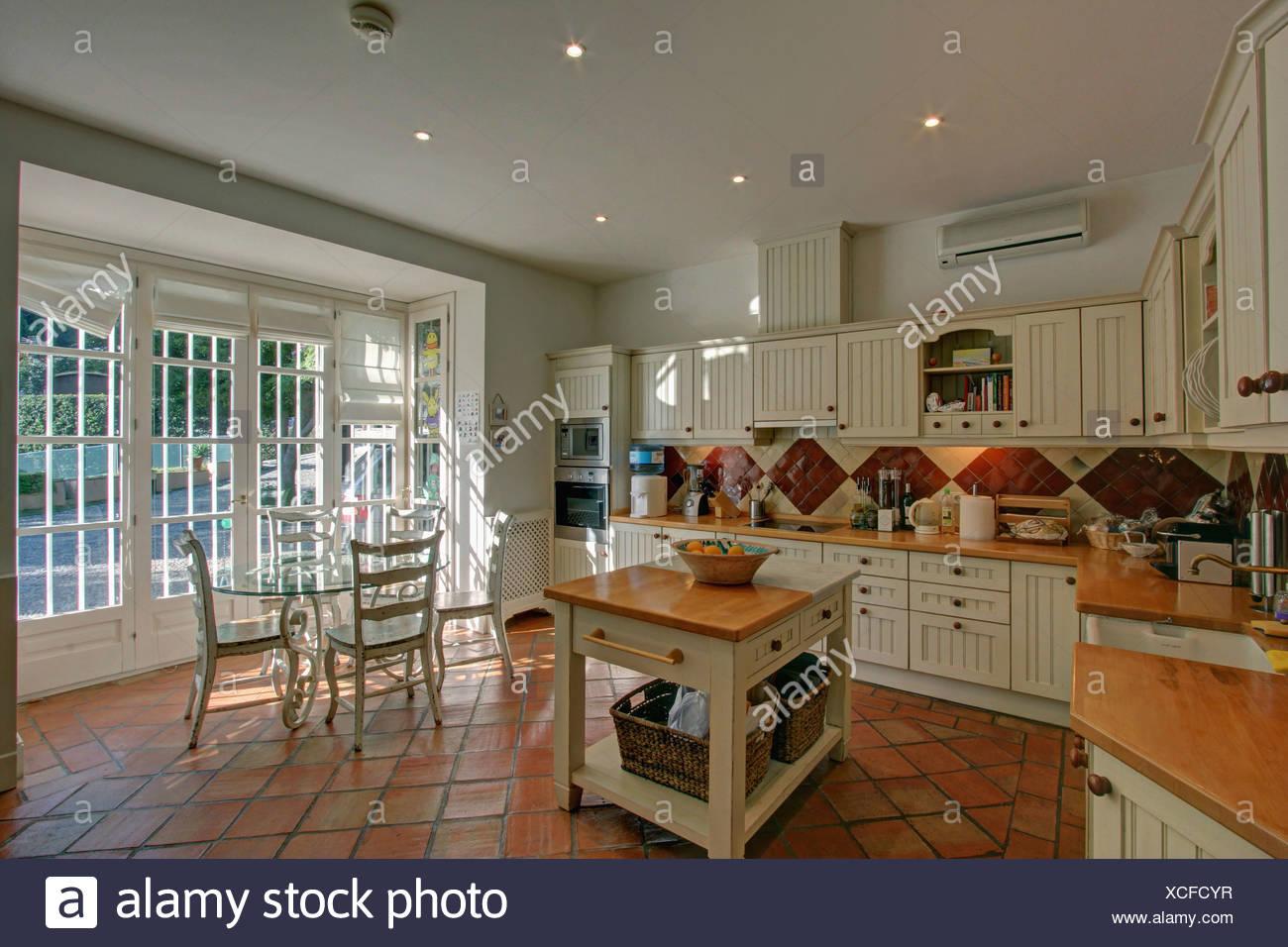 Macelleria blocco in stile country di cucina spagnola con pavimento